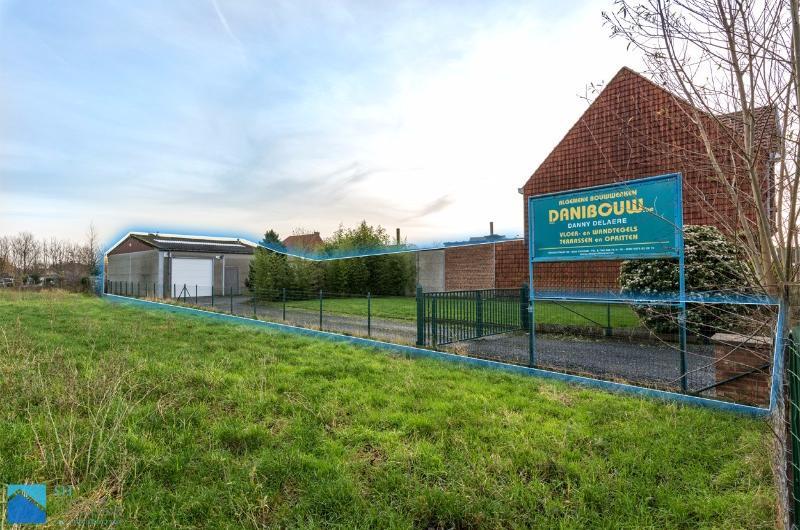 Magazijn met bouwgrond te koop in Hulste