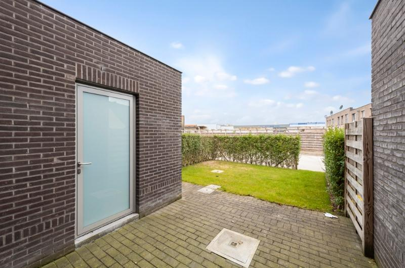 Jonge moderne woning met parkeerplaats en stadstuintje