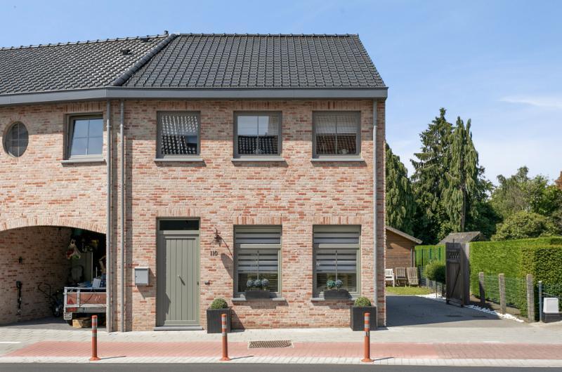 Jonge stijlvol afgewerkte woning met aangename tuin