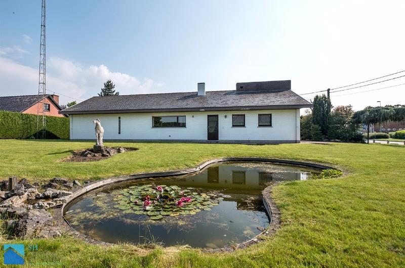 Op te frissen villa op een terrein 1479 m² nabij het centrum Waregem